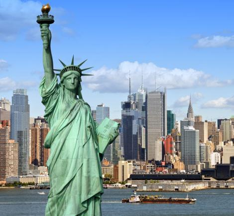 New_York_city_skyline_with_Statue_of_Liberty_over_the_Hudson_River_with_midtown_Manhattan_skyscrapers.jpg