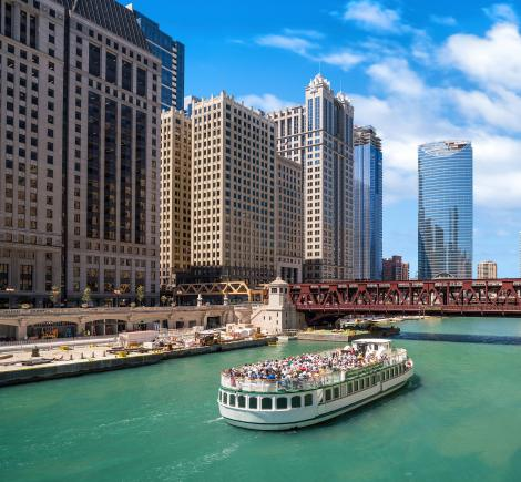 Tourist_boat_on_the_Chicago_River.jpg
